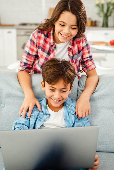 Bruder und Schwester programmieren zusammen