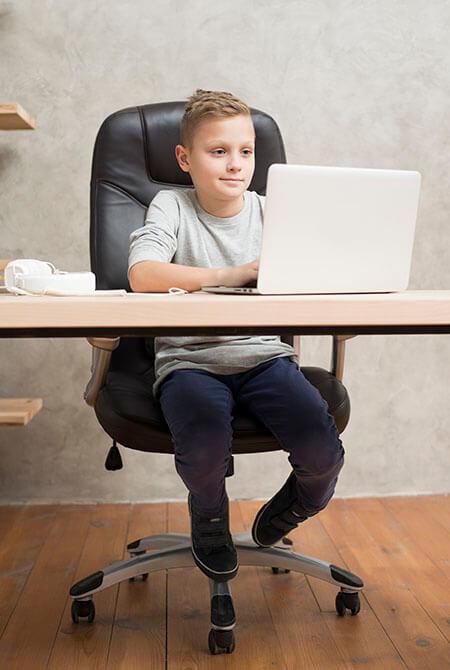 Junge vor Computer programmiert
