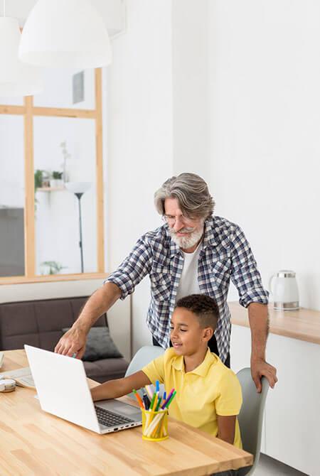 Lehrer hilft Schüler beim Programmieren