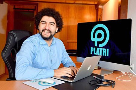 Geschäftsführer von Platri IT vor Computer