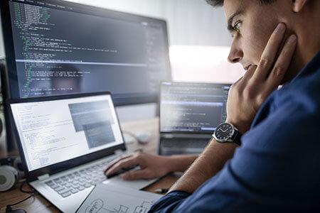 Programmierer sitzt vor einem Computer